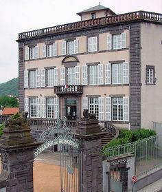 Musée Sahut de volvic dans le Puy-de-Dôme La commune de Volvic, 4.462 habitants (chiffes Insee 2012), est située dans le Puy-de-Dôme à une quinzaine de km au nord de Clermont-Ferrand. Pour aller plus loin : http://www.auvergne.fr/content/volvic