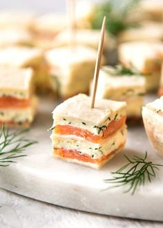 Smoked Salmon Bites (Appetizer) Smoked Salmon Appetizer fantastic for gatherings – no fiddly assembly, served at room temperature, looks elegant and tastes SO GOOD! This smoked salmon appetizer ticks all my boxes for finger food: it& fast to make loads Finger Food Appetizers, Appetizers For Party, Appetizer Recipes, Simple Appetizers, Seafood Appetizers, Christmas Appetizers, Finger Food Recipes, Brunch Finger Foods, Brunch Food