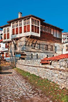 Στις παραδοσιακές γειτονιές Ντολτσό και Απόζαρι συναντάμε τα περισσότερα από τα περίφημα καστοριανά αρχοντικά.  ΓΙΩΡΓΟΣ ΠΑΤΡΟΥΔΑΚΗΣ Greece, Beautiful Places, Mansions, House Styles, City, Landscapes, Memories, Country, Travel