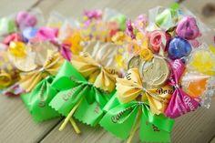 ぜんぶ100均の材料でDIY*みんな欲しがるキュートな『キャンディブーケ』の作り方♡にて紹介している画像 Valentines Sweets, Diy And Crafts, Paper Crafts, Easy Sweets, Chocolate Bouquet, Candy Bouquet, Craft Party, Balloons, Gift Wrapping