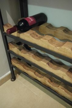 Vinoteca en madera y hierro Wine Racks, Recycled Wood, Side Tables, Recycling, Furniture, Ideas, Home Decor, Timber Furniture, House Decorations