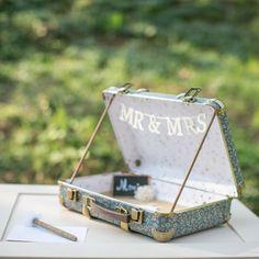 www.savethedeco.com Valisette liberty bleu pour urne de mariage. Thème vintage, voyage et original. Mariage liberty, décoration mariage, Guirlande Mr & Mrs en bois blanche, ardoise et fleur. Wedding decoration, liberty wedding
