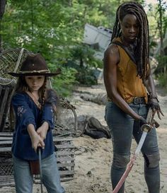 """Michonne and Judith Grimes in - """"The World Before"""" Walking Dead Tv Series, Walking Dead Memes, The Walking Dead Tv, Walking Dead Season, Judith Grimes, Carl Grimes, Judith Twd, Dead Images, Cute Emo Boys"""