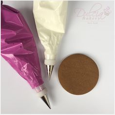 Traducir a Español Today you'll learn how to transfer royal icing roses to cakes and cupcakes. Here's the list of supplies you'll need to complete this project, with links to the products I use. Iced Cookies, Cake Cookies, Cupcake Cakes, Isomalt, Square Cookies, Round Cookie Cutters, Ginger Bread Cookies Recipe, Icing Colors, Baking Business