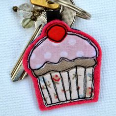 SewforSoul: Free Motion Embroidery. Appliqued Cupcake Charm / Key Chain Freehand Machine Embroidery, Free Motion Embroidery, Free Machine Embroidery, Free Motion Quilting, Embroidery Applique, Fabric Brooch, Felt Brooch, Felt Keyring, Sewing Crafts
