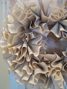 Easy and beautiful book wreath. Fold pages and pin to wreath. Coffee Filter Wreath, Coffee Filter Crafts, Book Page Crafts, Recycled Books, Book Projects, Old Books, Paper Wreaths, Wreath Crafts, Diy Wreath
