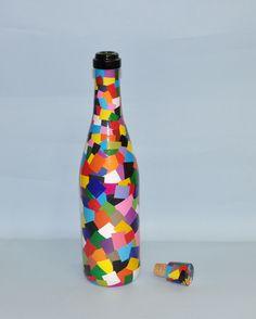 Reciclagem de garrafas trabalhada com colagem de papel colorido, acompanha tampa com rolha.