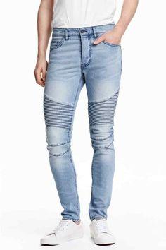 Vaqueros moteros: Vaqueros de cinco bolsillos en denim lavado y elástico con perneras extraajustadas, cintura estándar, sección guateada en las rodillas y cierre de botones.