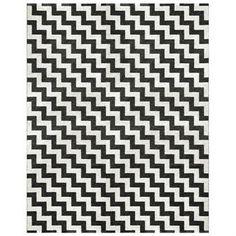 Das grafische Zackenmuster dieses Kunststoffteppichs von Brita Sweden belebt in den Farbtönen Schwarz und Weiß. Mit den Abmessungen 150 x 200cm passt er vorzüglich in der Küche, im Essbereich oder im Wohnzimmer. Dieser Teppich enthält weder Schwermetalle noch giftige Weichmacher, und ist damit ein in Schweden hergestellter, wohngesunder Teppich.