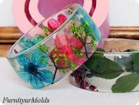 Learn how to make a stunning transparent floral bracelet with this tutorial by Furnityurmolds.