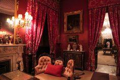 Situada en lo que fuera la antigua Villa de San José de Tacubaya, Catalogado como Museo de Arte Decorativo, 'Casa de la Bola' hipnotiza a todo el que recorre la inmensidad de sus habitaciones, cargadas de ornamentos y colores, dando un toque de misterio y elegancia que eriza la piel. El repertorio de tapices franceses y belgas es considerado como la colección particular más importante de Latinoamérica. La casa tuvo varios propietarios, siendo el último don Antonio Haghenbeck y de la Lama.