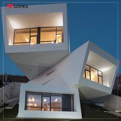 Essa casa iraniana é composta por 3 blocos de concreto empilhados de forma irregular, um projeto de arquitetura que permite aproveitar ao máximo a paisagem em torno do local.