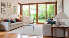 Amplitude e poucos elementos para esta sala que se completa com a vista para o jardim!