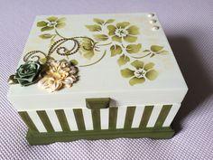 Porta jóias com pintura em stencil e decoração em flores.