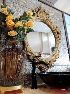 Flores no banheiro! Elas dão o toque de sofisticação na bancada do lavabo. Não são lindas? #produtomaison #acessoriosparabanheiro #flores #decoracao #lavabo #maisondubanho