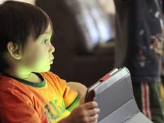 Children glued to screens show alarming developmental delays (Latest Items from TreeHugger) Best Toddler Apps, Social Media Safety, Ok Kid, Developmental Delays, American Academy Of Pediatrics, Smartphone, Age, Green Life, Kids Events