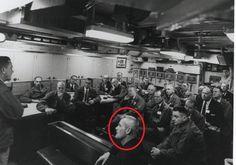 Share: Tre Venusiani : Jill, Donn e Valiant Thor sbarcati in Virginia nel 1957.  Si dice che l'uomo di fronte sia Valiant Thor, un alieno benevolo da Venere che ha lavorato con il governo degli Stati Uniti.La foto è stata presentata da Phil Schneider, che ha detto che ha incontrato lo straniero mentre si …