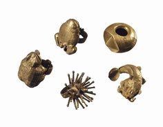Collections de bagues Akan en or, Ewé Collection of Akan gold rings, Ewe Ghana  Hauteurs: de 3.4 à 5.8 cm.