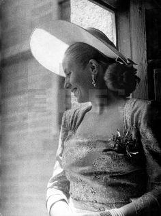 Eva Duarte de Perón, esposa del Presidente de la Argentina, visita el Monasterio de San Lorenzo del Escorial durante su viaje oficial a España. En la foto se asoma por una de las ventanas del Monasterio. EFE/aa