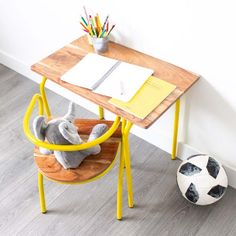 Escritorio y silla Drafting Desk, Furniture, Home Decor, Yellow Table, Yellow Chairs, Home Salon, Wood And Metal, Desks, Industrial Design