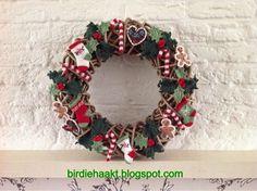 Birdie* haakt: Kerstkrans Christmas Holidays, Christmas Wreaths, Christmas Crafts, Christmas Decorations, Xmas, Crochet Christmas Ornaments, Christmas Knitting, Crochet Winter, Crochet Home