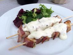 Brochetas de pollo y bacon con salsa gorgonzola Receta en www.quesoyarandanos.com
