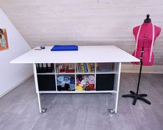 Newest Photos sewing hacks ikea table Thoughts DIY: klappbarer Zuschneidetisch - Schnittelement Ikea Deco, Diy Sewing Table, Studio Table, Floor Pouf, Sewing Room Organization, Organization Ideas, Cutting Tables, Sewing Studio, Sewing Rooms