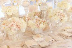 centros de mesa en rosas blancas y crema. #IdeasBodas #BodaBlanca Índigo Bodas y Eventos www.indigobodasyeventos.com