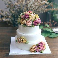 디스토리케이크의 3단케이크 돌케이크라 화사화사하게 작업 #flowercake #birthdaycake #cake #instacake #beanpaste #buttercream #wilton #dessert #flower #weddingcake #food #떡케이크 #생신케이크 #돌잔치 #앙금플라워 #플라워케이크 #수제케이크 #돌상 #생일케이크 #케이크 #예쁘다그램 #분홍분홍 #꽃스타그램
