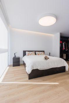 Dormitorio moderno con suelo parquet con gato en vivienda estilo nórdico - Chiralt Arquitectos Valencia Vinyl Flooring, Minimalist Home, My Room, Light Colors, Valencia, House Design, Bed, Furniture, Home Decor