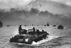 US Marines in amphibious assault craft moving towards Inchon in the first counter-attack of the Korean War, during a heavy bombardment of coastal defences by warships and aircraft, 1950. (Photo by Bert Hardy)