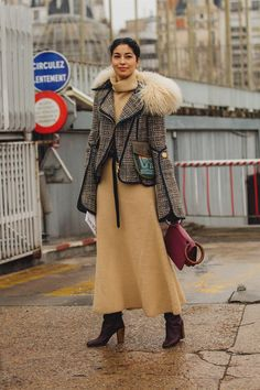 Paris Fashion Week is in full swing. See the best Paris Fashion Week street style from the shows circuit. All the Paris fashion week street style inspiration you need from the shows at PFW. Paris Fashion Week 2018 Street Style, Street Style 2018, Cool Street Fashion, Street Chic, Love Fashion, Street Styles, Winter Mode Outfits, Winter Fashion Outfits, Autumn Fashion