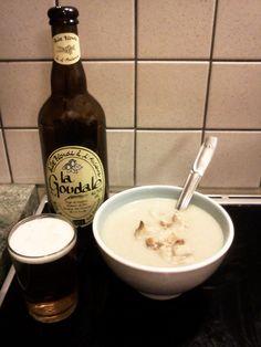 Envie de se réchauffer par ces temps froids ? Voici une recette rapide et gourmande de soupe comme on les aime dans le Nord chez nos amis chtimis : des endives (ou chicons comme on les appelle en Belgique et dans le Nord de la France), de la bière et une pincée de cassonade ! http://www.bieresbretonnes.fr/soupe-de-chicons-a-la-biere-la-goudale/