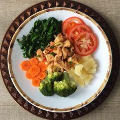 Almoço simples e maravilhoso Frango, macaxeira, brócolis, couve, tomate e cenoura ❤️ #eatclean #maispertoqueontem