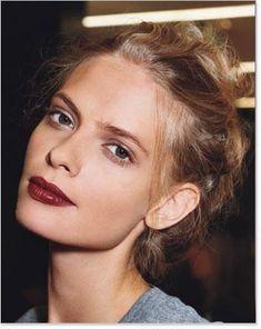 - lèvres framboises - chignou flou - yeux smokey gris violet #lips #beauty #hair…