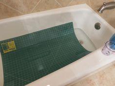 revitaliser un tapis de coupe rotatif - tremper dans l'eau avec du vinaigre blanc, nettoyer avec un détergent à vaisselle doux, sécher