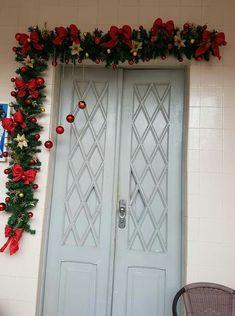 Flávio natal Christmas Doorway Decorations, Christmas Swags, Christmas Centerpieces, Outdoor Christmas, Christmas Crafts, Christmas Flower Arrangements, Xmas Ornaments, Christmas Projects, Christmas Decoration Crafts