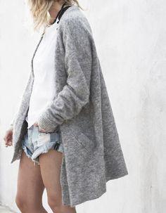 Diese Strickjacke von Acne ist super schön und findet sicherlich in vielen Outfits von euch Verwendung. Hier entdecken und kaufen: http://sturbock.me/LaQ