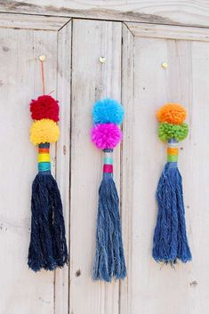 How to make tassels from upcycled denim. These gorgeous indigo tassels are so so… How to make tassels from upcycled denim. These gorgeous indigo tassels are so soft and easy to make from scraps of old jeans. Diy Craft Projects, Craft Tutorials, Sewing Tutorials, Sewing Projects, Sewing Ideas, Sewing Crafts, Craft Ideas, Crochet Crafts, Yarn Crafts