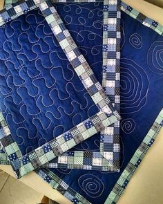 Resultado de imagem para ideas patchwork for yongs Baby Table, Chalk Paint Mason Jars, Jean Crafts, Diy Wall Shelves, Wallet Pattern, Quilted Pillow, Mug Rugs, Free Motion Quilting, Mason Jar Crafts