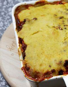 Moussaka - die Lasagne des Balkans, sozusagen. Das geschichtete Auflaufgericht wird je nach Region unterschiedlich zubereitet und kann daher je nach Saison und Gemüseregal beliebig variiert werden. Solche Gerichte sind mir ja die liebsten! :) Egal für welche Zutaten... #aubergine #auflauf #moussaka