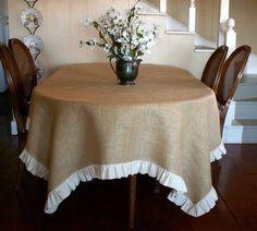Mantel hecho con tela de yute o burlap (arpillera).