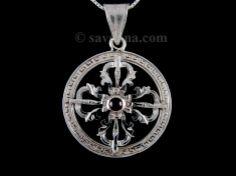 Pendentif en argent massif, en forme de mandala, avec un double dorje au centre, avec une pierre de grenat. ----------------------------------------------------- Double dorje silver pendant representing a mandala with a small garnet stone in the middle.