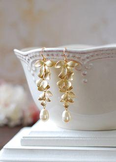 Pendientes de novia. Oro flor de orquídeas y perlas de lágrima de Swarovski crema largo pendientes. Pendientes de boda, joyas de las damas de honor.  Hermosas orquídeas en cascada en oro mate están emparejados con perlas de cristal de crema de lágrima de Swarovski. Las orquídeas están conectadas a los cables del oído gancho francés plateado oro. Las perlas están disponibles en diferentes colores y pueden ser personalizadas a su petición.  Longitud total: aprox. 2 1/2(65mm)  Perlas de…