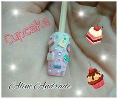 Nail doce, feita em degrade com esponja e esmaltes branco e rosa.  Usei peças de argila no tema doce, strass e meia pérola.