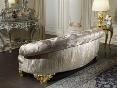 Classic luxury sofa Paris with the backrest in fabric processing, pleating and details in carved wood, with a finish of gold leaf Classic Home Furniture, Royal Furniture, Luxury Furniture, Modern Furniture, Furniture Design, Deco Furniture, Luxury Sofa, Luxury Living, Royal Sofa