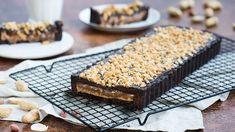 Vyskúšajte recept na domáce snickers rezy – koláč plný arašidov, karamelu a čokolády! Recept Veroniky Bušovej nájdete v Lidl Cukrárni na stránke kuchynalidla.sk!
