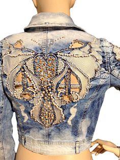 50 Diverse Ideas of Denim Jackets Decor: articles and DIYs – Livemaster Denim Fashion, Boho Fashion, Denim Ideas, Denim Crafts, Mode Boho, Altered Couture, Painted Clothes, Jeans Denim, Embellished Jeans