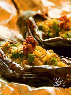 Le Melanzane al forno con salsicce e noci: una ricetta sostanziosa e gustosa, indicata sia come secondo piatto che come piatto unico. #melanzaneconsalsicce