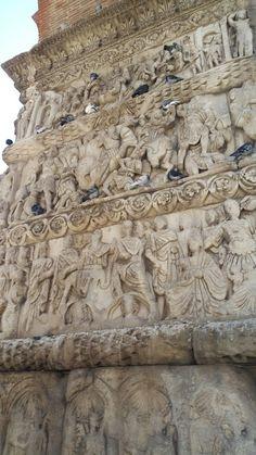 Yunanistan 1200 yüz yıllarından kalma şehirde kalmış kemerden bir bölüm.
